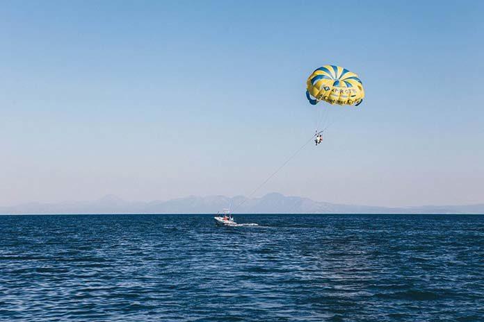 Co warto wiedzieć o skokach spadochronowych?